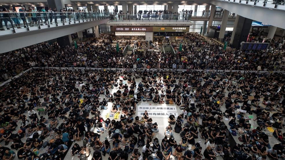 Hong Kong airport shuts down amid pro-democracy protest | WFXL